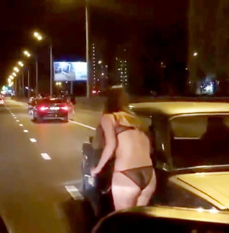 Nga: Thiếu nữ mặc đồ lót đứng phố xin tiền mua quần áo - 2