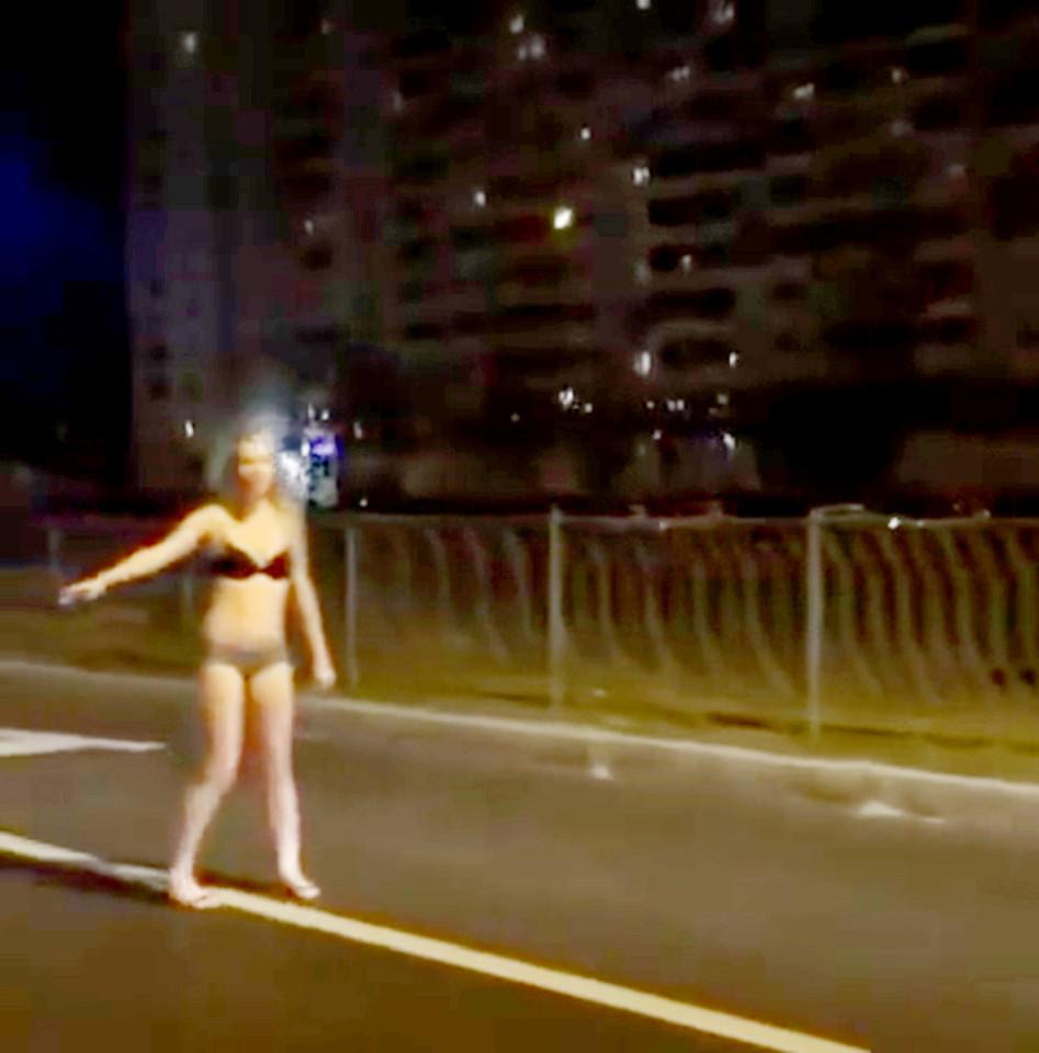 Nga: Thiếu nữ mặc đồ lót đứng phố xin tiền mua quần áo - 4
