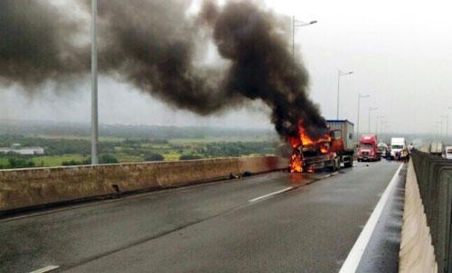 Container cháy trên cao tốc, tài xế đạp cửa thoát thân - 1