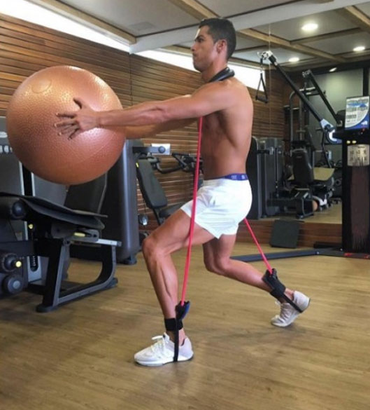 Cristiano Ronaldo duy trì cơ bắp vạn người mê thế nào? - 9