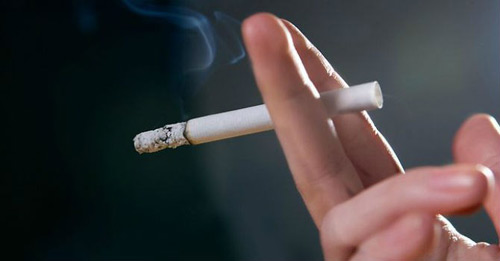Đau lưng thường nặng hơn ở người hút thuốc lá - 1