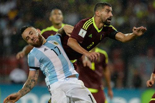 Trước derby Manchester: Pep đau đầu bài toán hàng thủ - 2