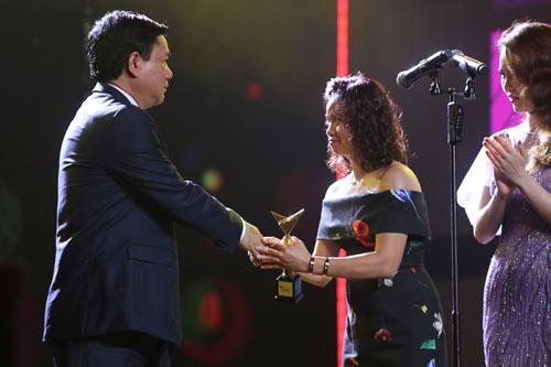 Video: Vợ Trần Lập bật khóc nhận giải thưởng thay chồng - 3