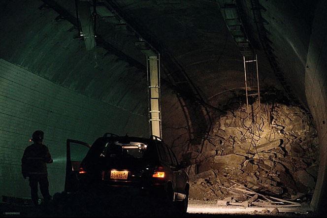 """Phim thảm họa sập hầm khiến khán giả Hàn """"đổ xô"""" tới rạp - 2"""