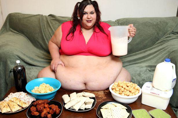 Cô gái nặng 300 kg vẫn được bạn trai vỗ béo bằng phễu - 4