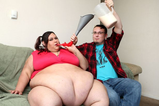 Cô gái nặng 300 kg vẫn được bạn trai vỗ béo bằng phễu - 2