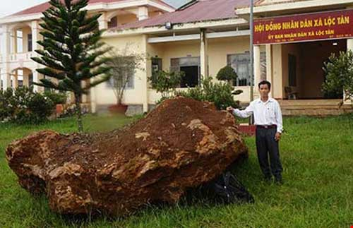 Tạm giữ tảng đá quý nặng 20 tấn - 1