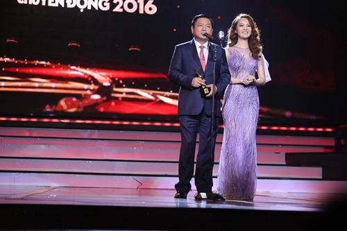 Bí thư Thăng trao giải tại VTV Awards - 1