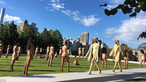 Dàn người mẫu mặc thiếu vải phơi thân dưới nắng gắt - 1