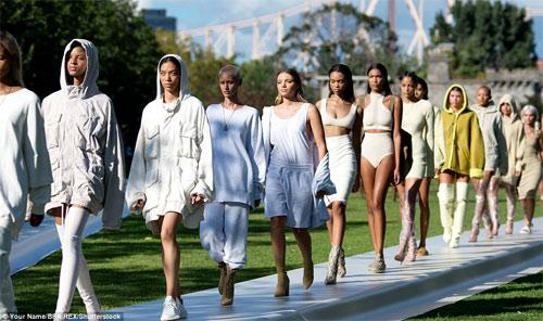 Dàn người mẫu mặc thiếu vải phơi thân dưới nắng gắt - 2