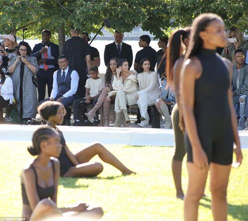 Dàn người mẫu mặc thiếu vải phơi thân dưới nắng gắt - 10