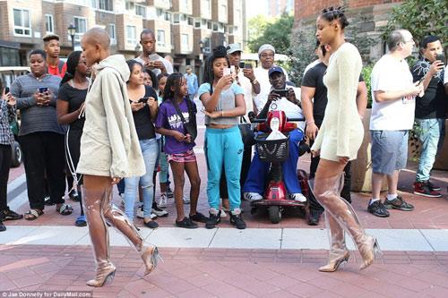 Dàn người mẫu mặc thiếu vải phơi thân dưới nắng gắt - 11