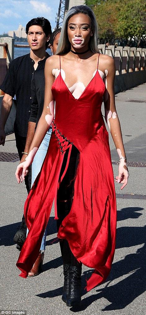 Dàn người mẫu mặc thiếu vải phơi thân dưới nắng gắt - 18