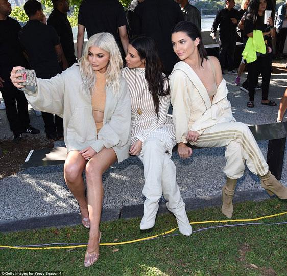 Dàn người mẫu mặc thiếu vải phơi thân dưới nắng gắt - 15