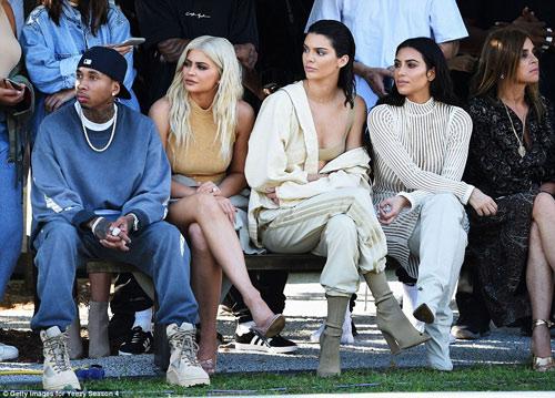 Dàn người mẫu mặc thiếu vải phơi thân dưới nắng gắt - 16
