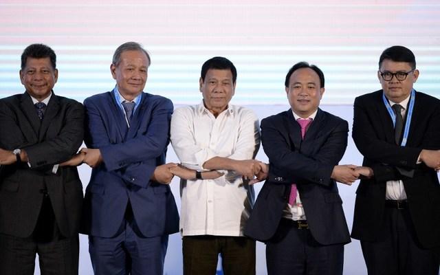 Lạc lõng ở hội nghị ASEAN, ông Duterte lần đầu mặc vest - 1