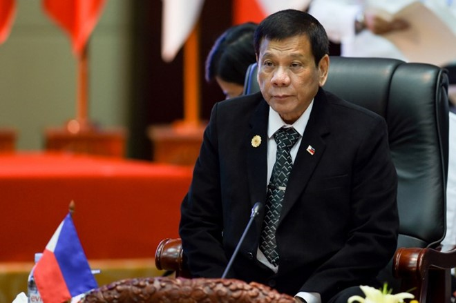 Lạc lõng ở hội nghị ASEAN, ông Duterte lần đầu mặc vest - 2