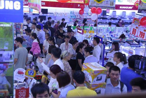 """Xếp hàng dài ở siêu thị mới khai trương chờ mua hàng điện máy khuyến mại """"khủng"""" - 2"""