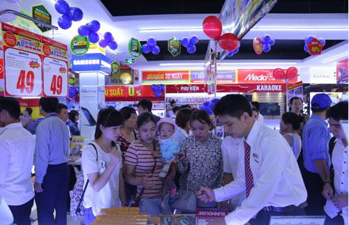 """Xếp hàng dài ở siêu thị mới khai trương chờ mua hàng điện máy khuyến mại """"khủng"""" - 4"""