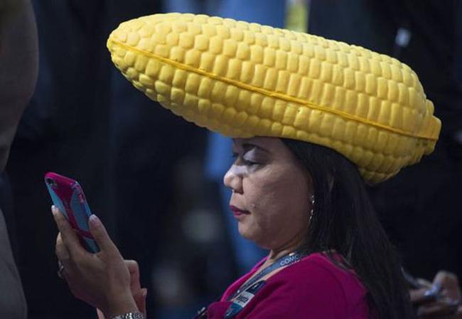 Với chiếc mũ đặc biệt thì ai cũng phải ngoái nhìn.