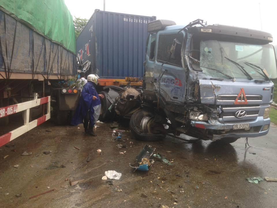 Tai nạn liên hoàn, xe khách chở 12 người lao xuống vực - 2