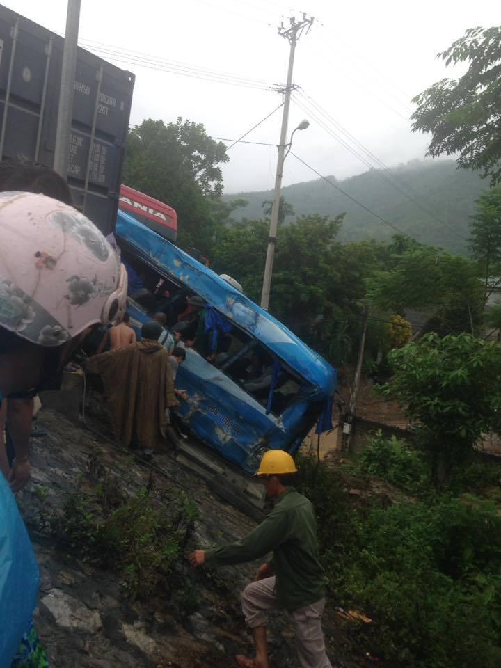 Tai nạn liên hoàn, xe khách chở 12 người lao xuống vực - 3