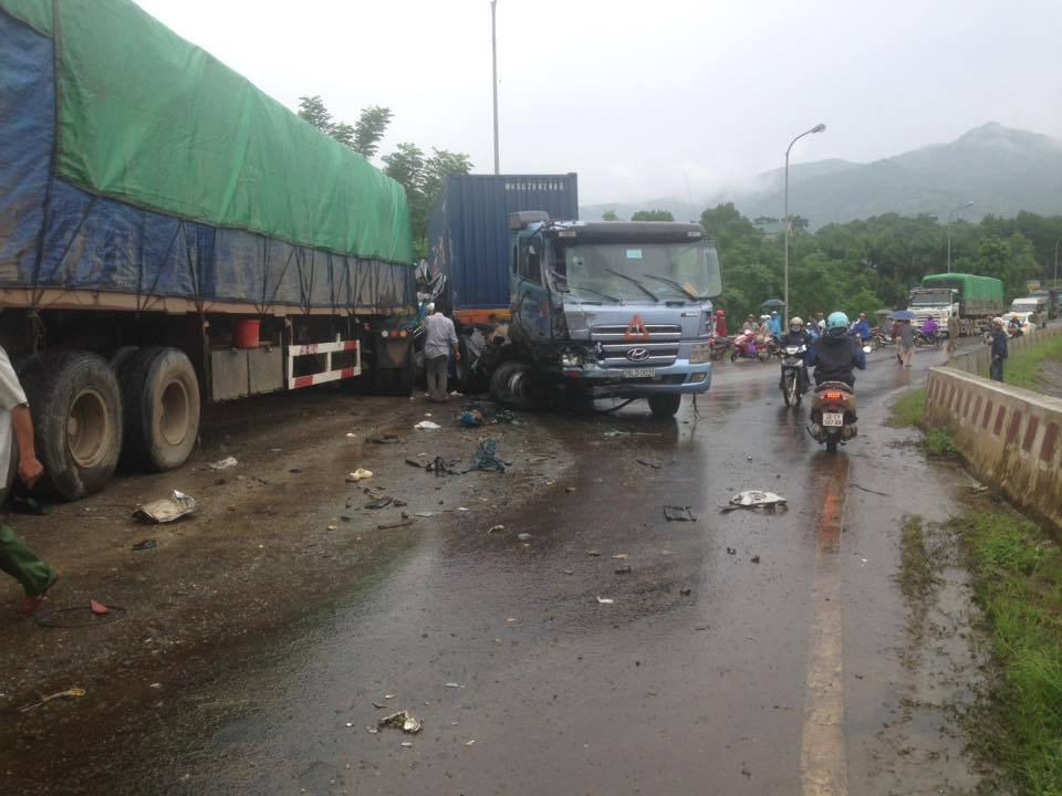 Tai nạn liên hoàn, xe khách chở 12 người lao xuống vực - 1