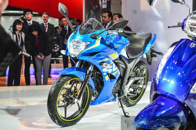Suzuki Gixxer SF có thiết kế yếm quây đầy đủ và sở hữu công nghệ phun xăng điện tử (FI) được phân phối trong những thành phố có chọn lọc của Ấn Độ, với giá bán chỉ 93.499 RS (khoảng 31,4 triệu đồng).