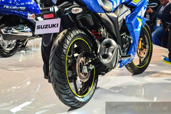 Với giá bán này, Suzuki Gixxer SF FI cao hơn phiên bản tiêu chuẩn khoảng 1,6 triệu đồng và có thêm trang bị phanh đĩa sau như là một tiêu chuẩn. Trong khi Gixxer SF FI có vẻ ngoài dường như không thay đổi, trên xe vẫn không có nút đề xe.