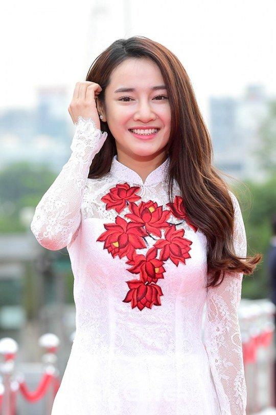Nhã Phương nổi bật với áo dài trên thảm đỏ xứ Kim chi - 1