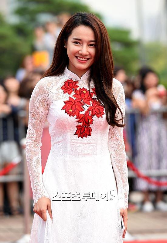 Nhã Phương nổi bật với áo dài trên thảm đỏ xứ Kim chi - 3