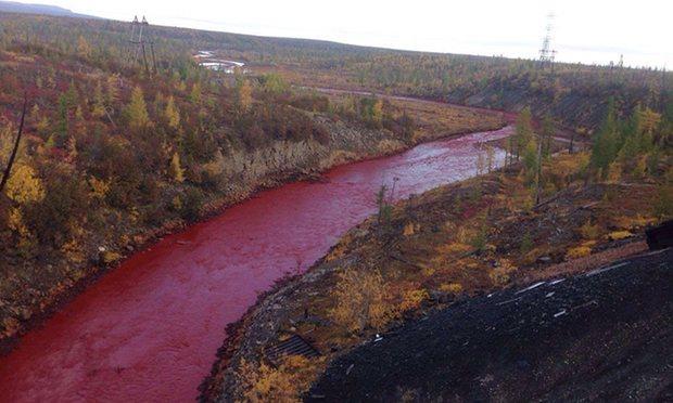 Dòng sông đỏ lòm như máu khiến dân Nga hoảng sợ - 1