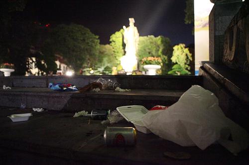 Rác thải phố đi bộ HN: Mỗi công nhân gom 4 tấn rác một đêm - 2