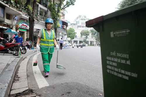 Rác thải phố đi bộ HN: Mỗi công nhân gom 4 tấn rác một đêm - 1