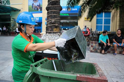 Rác thải phố đi bộ HN: Mỗi công nhân gom 4 tấn rác một đêm - 3