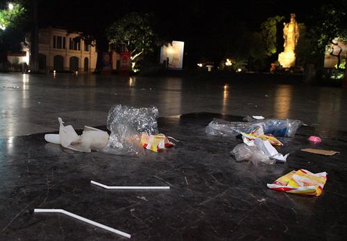 Rác thải phố đi bộ HN: Mỗi công nhân gom 4 tấn rác một đêm - 5