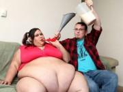 Phi thường - kỳ quặc - Cô gái nặng 300 kg vẫn được bạn trai vỗ béo bằng phễu