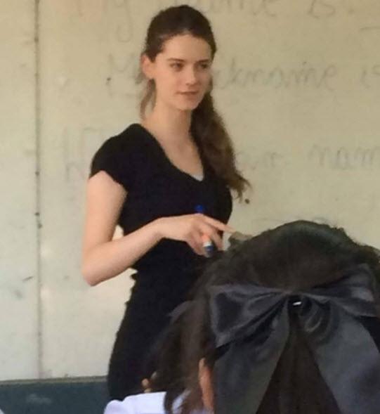 Cô giáo mặt học sinh, thân hình phụ huynh gây sốt - 2