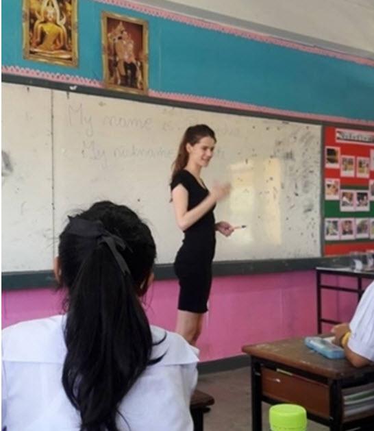 Cô giáo mặt học sinh, thân hình phụ huynh gây sốt - 4