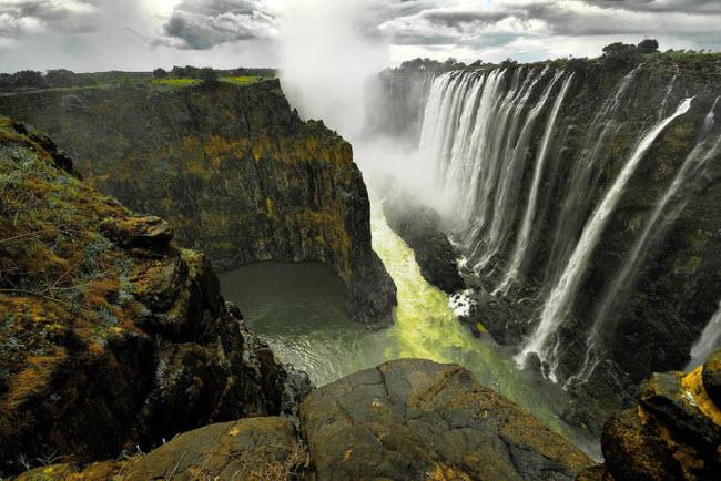 Nằm giữa biên giới Zimbabwe và Zambia, thác Victoria cao và rộng lớn hơn nhiều so với thác Niagara ở Mỹ và Canada. Tới tham quan địa điểm này, du khách cần mang theo áo mưa để tránh bị ướt.