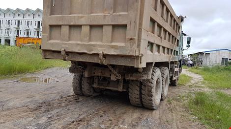 Bắt quả tang đoàn xe chở đất thải vào khu dự án nhà ở - 2
