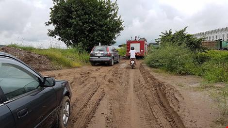 Bắt quả tang đoàn xe chở đất thải vào khu dự án nhà ở - 3