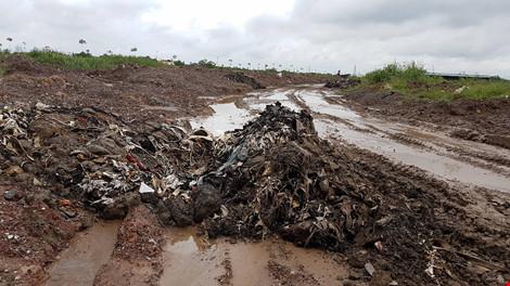 Bắt quả tang đoàn xe chở đất thải vào khu dự án nhà ở - 4