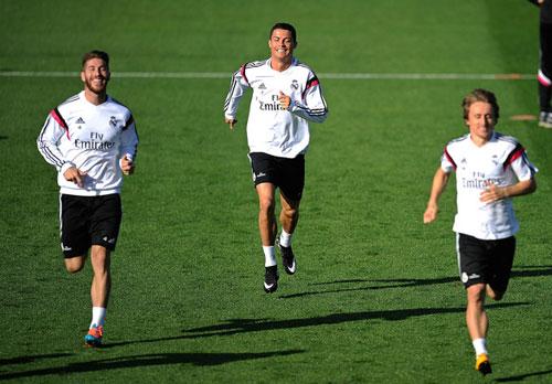 Real bị cấm chuyển nhượng: Khó đua được với Barca - 1