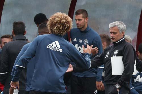 MU: Fellaini hứa trả ơn Mourinho, Ibra đảm bảo có cúp - 1