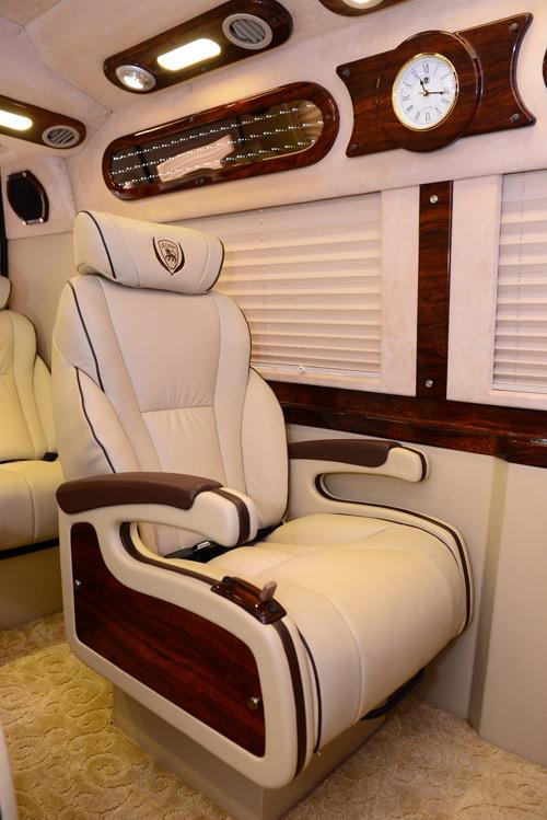 Dịch vụ vận chuyển hành khách cao cấp bằng xe Dcar Limousine - 4