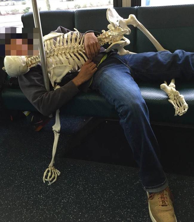 Ai lại ôm nhau ngủ nơi công cộng thế này chứ?