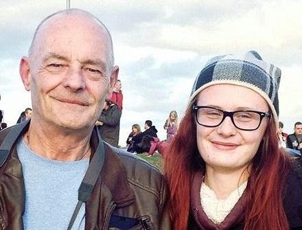 Thiếu nữ 18 tuổi cầu hôn cụ ông 60 tuổi giữa hội chợ - 1
