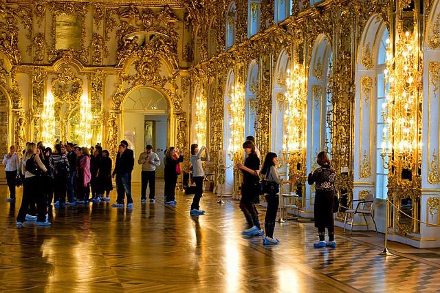 Bà mẹ Trung Quốc cho con tè giữa cung điện Nga tráng lệ - 2