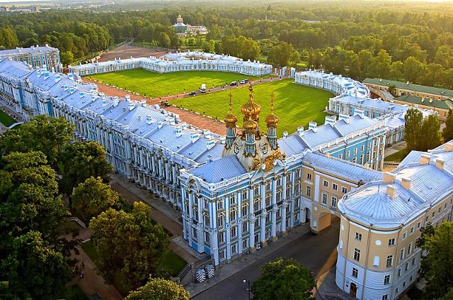 Bà mẹ Trung Quốc cho con tè giữa cung điện Nga tráng lệ - 1